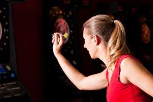 dartspieler dartscheibe